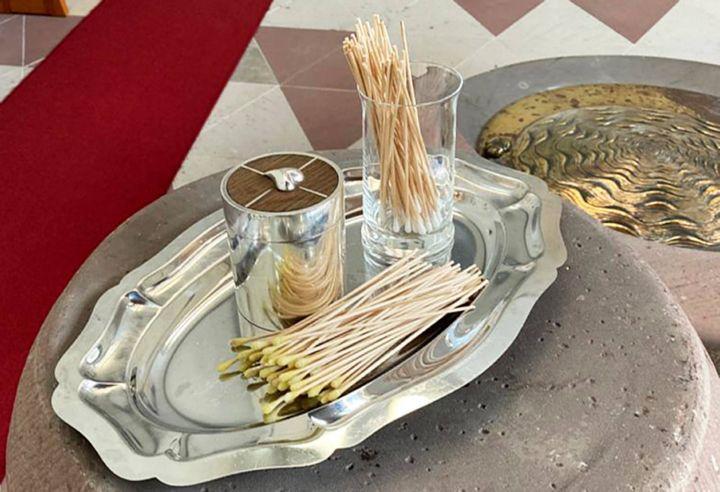 Für jeden Firmling ein eigener Wattestab, um mit Chrisamöl ein Kreuz auf die Stirn zu zeichnen: Weihbischof Ulrich Boom feiert am 8. September mit 85 jungen Menschen in Aschaffenburg-Schweinheim die ersten Firmgottesdienste seit dem Corona-Lockdown.