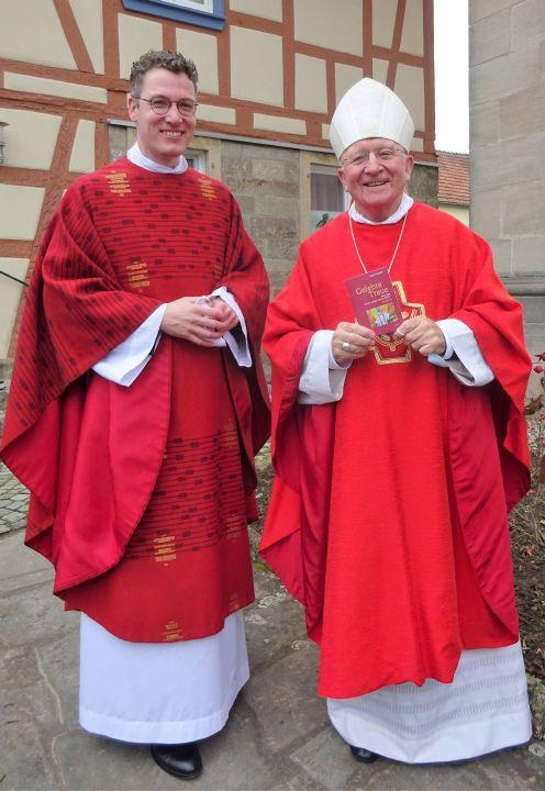 Aus den Händen von Pfarrer Dr. Eugen Daigeler (links) nimmt Weihbischof Ulrich Boom das erste Exemplar des neuen Büchleins über den seligen Liborius Wagner entgegen.