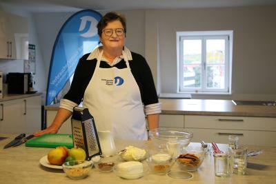 Iris Graus, Meisterin der Hauswirtschaft, hat die Zutaten für das Bratapfeltiramisu schon bereit.