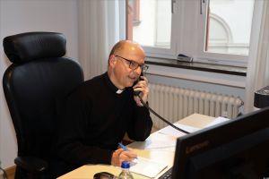 """""""Weihnachten im Lockdown – Sprich den Bischof"""" war die besondere Telefonaktion in der Corona-Pandemie überschrieben. Bischof Dr. Franz Jung führte am Dienstag, 22. Dezember, zahlreiche Telefonate."""