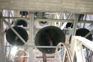 Die Glocken im nördlichen der beiden Westtürme des Würzburger Kiliansdoms aus der Froschperspektive.