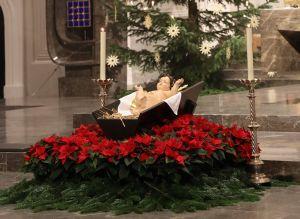 Das Jesuskind in der Krippe des Würzburger Doms.