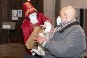 Für jeden der Gäste gab es am Ende ein Weihnachtsgeschenk.