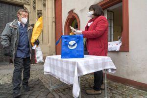 Vor der Kirche gab es für jeden Teilnehmer ein Weihnachtsessen zum Mitnehmen im Thermopack.