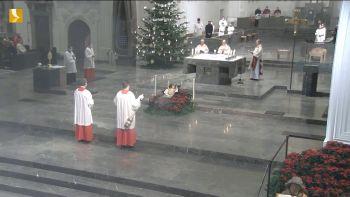 Gemeinsam mit Bischof Dr. Franz Jung (Mitte) standen am Silvestertag Bischof em. Dr. Friedhelm Hofmann (links) und Generalvikar Dr. Jürgen Vorndran am Altar. Der Gottesdienst wurde live auf TV Mainfranken sowie im Internet übertragen.