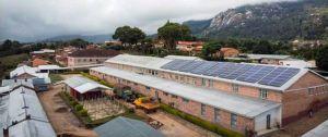 Eine große Solaranlage auf dem Dach des Krankenhauses trägt seit Juni zur Stromversorgung bei.