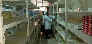 Man sieht auf einen Blick, woran es fehlt: die Apotheke im Krankenhaus von Litembo.