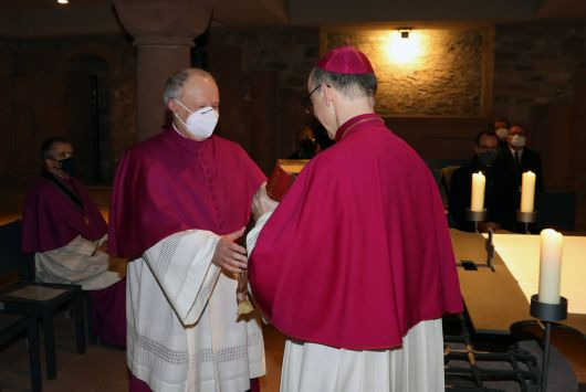 Bischof Dr. Franz Jung überreichte dem neuen Domkapitular das Evangeliar.