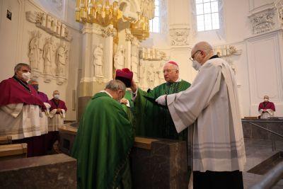 Bei der Eucharistiefeier im Kiliansdom führte Dompropst Weihbischof Boom den neuen Domkapitular an seinen Platz im Chorgestühl.