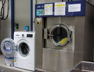 Die Vinzenz Wäscherei hat sich auch auf spezielle Textilien wie Bodenwischerbezüge spezialisiert. Dafür braucht man besondere Geräte, die wie man sehen kann ein anderes Format haben als normale Haushaltsgeräte.
