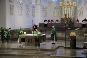 Bei einem Gottesdienst im Würzburger Kiliansdom ist am Donnerstag, 14. Januar, Weihbischof Ulrich Boom als Leiter der Hauptabteilung Seelsorge verabschiedet worden. Es konzelebrierten Generalvikar Dr. Jürgen Vorndran (links) und Domkapitular Christoph Warmuth (rechts).