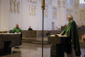 Domkapitular Christoph Warmuth (rechts) würdigte die vielfältigen Verdienste von Weihbischof Ulrich Boom als Leiter der Hauptabteilung Seelsorge.