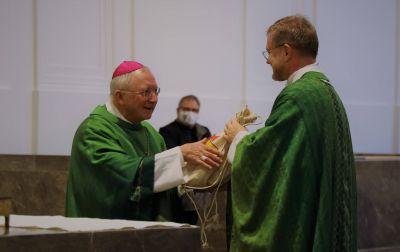 Für den weiteren Pilgerweg überreichte Generalvikar Dr. Jürgen Vorndran (rechts) Weihbischof Ulrich Boom einen Rucksack mit Proviant.