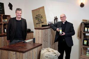 Jochen Hackstein (links), Geschäftsführer des Vereins Würzburger Partnerkaffee, und Bischof Dr. Franz Jung trafen sich mit Abstand im Ladencafé in der Semmelstraße.