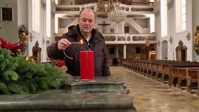 """Dekan Thomas Gröner zeigt in der neuen Serie """"Kirchenführungen"""" seine Kirche Sankt Peter und Paul in Oberammergau."""