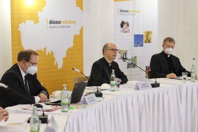 BIschof Dr. Franz Jung (Mitte) rief Betroffene sexuellen Missbrauchs aus dem Bistum auf, sich im künftigen Betroffenenbeirat zu engagieren.