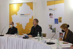 Bei der Pressekonferenz im Burkardushaus Würzburg standen unter anderem (von links) Bischof Dr. Franz Jung, Generalvikar Dr. Jürgen Vorndran und Ordinariatsrätin Dr. Christine Schrappe den Journalisten Rede und Antwort.