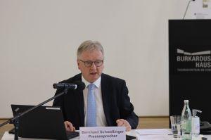 Pressesprecher Bernhard Schweßinger moderierte die Pressekonferenz des Bistums Würzburg.