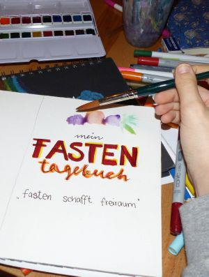 Im Zusammenspiel aus Schrift und Farbe entsteht ein persönliches Fastentagebuch.