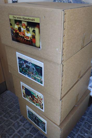 Ordentlich verpackt und beschriftet: die biblischen Legoszenen in den Transportkartons.
