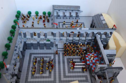 """Mit viele Liebe und noch mehr Legosteinen und -figuren haben die Macher von """"Die Welt der kleinen Steine"""" hier den Thronsaal des Pilatus und die Verleugnung Jesu durch Petrus zum Leben erweckt."""