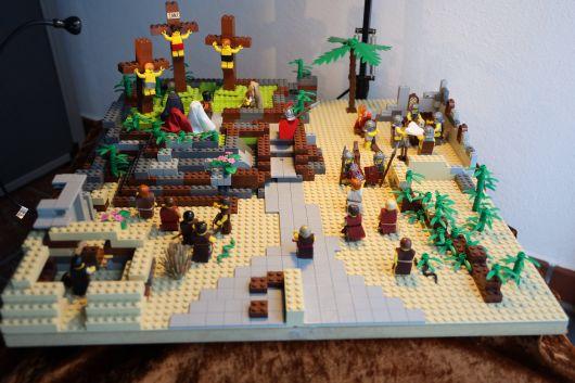 Ein anderer Zugang zur Ostergeschichte: die Kreuzigung Jesu, dargestellt mit Lego-Figuren.
