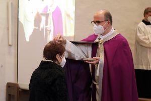 Bischof Dr. Franz Jung legte mit Weihbischof Ulrich Boom und Pfarrer Robert Borawski in der Franziskanerkirche das Aschenkreuz unter Coronabedingungen auf.