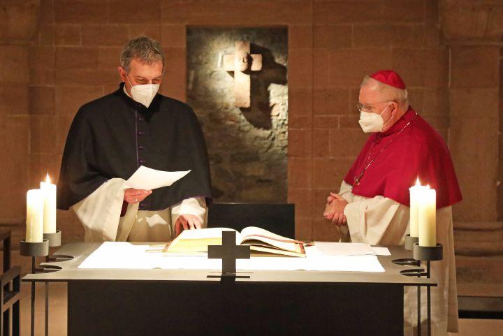 In der Krypta des Kiliansdoms sprach Peter Göttke (links) das Glaubensbekenntnis und legte den Amtseid ab. Rechts Dompropst Weihbischof Ulrich Boom.
