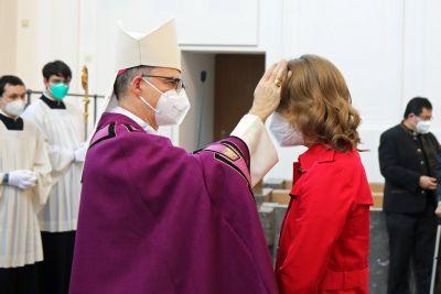 Bei einer Feier im Kiliansdom ließ Bischof Dr. Franz Jung sieben Erwachsene zu Taufe, Firmung und Eucharistie zu.