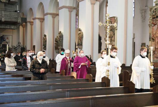 Bei einer Feier im Kiliansdom ließ Bischof Dr. Franz Jung insgesamt sieben Bewerberinnen und Bewerber zu Taufe, Firmung und Eucharistie zu.