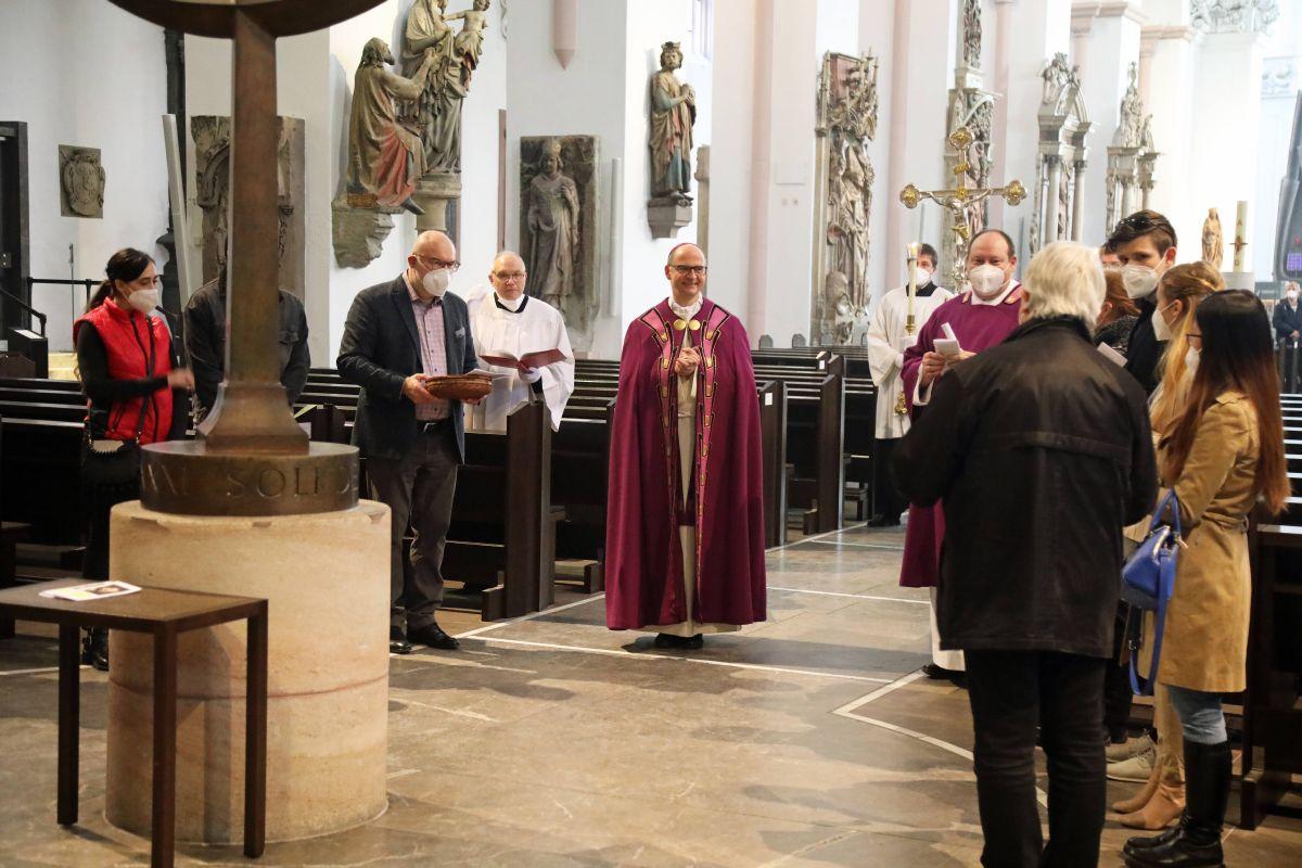 Feier der Zulassung zu Taufe, Firmung und Eucharistie im Kiliansdom: Vertreter der Heimatpfarreien überreichen Bischof Dr. Franz Jung die Sendschreiben der Bewerber.