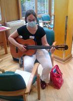 Sophie Schimmerohn hilft als Betreuungsassistentin im Pflegeheim Antoniushaus in Würzburg mit.