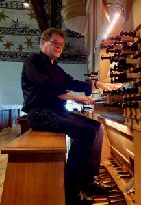 Diözesanmusikdirektor Gregor Frede an der Orgel.