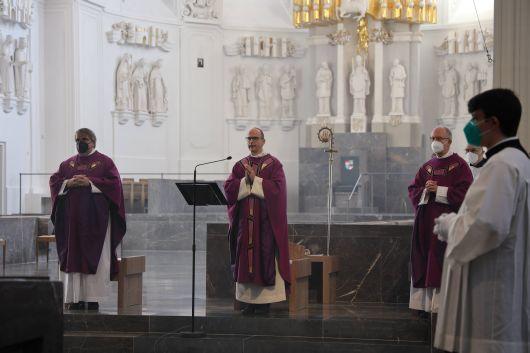 Bischof Dr. Franz Jung feierte am Samstag, 27. Februar, einen Gottesdienst zum Gedenken an die Opfer der Corona-Pandemie im Würzburger Kiliansdom. Die Feier wurde live im Internet übertragen.