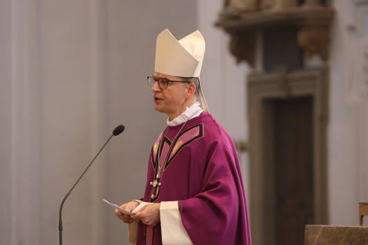 Bischof Dr. Franz Jung dankte in seiner Predigt den vielen Menschen, die sich in Pandemiezeiten für andere engagierten. Dieser Dank gehe oftmals unter und so bleibe unbeachtet, was an vielen Stellen an Gutem geschehe.