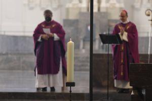 Zum Gedenken an die Opfer der Corona-Pandemie wurde im Würzburger Dom eine Kerze entzündet.