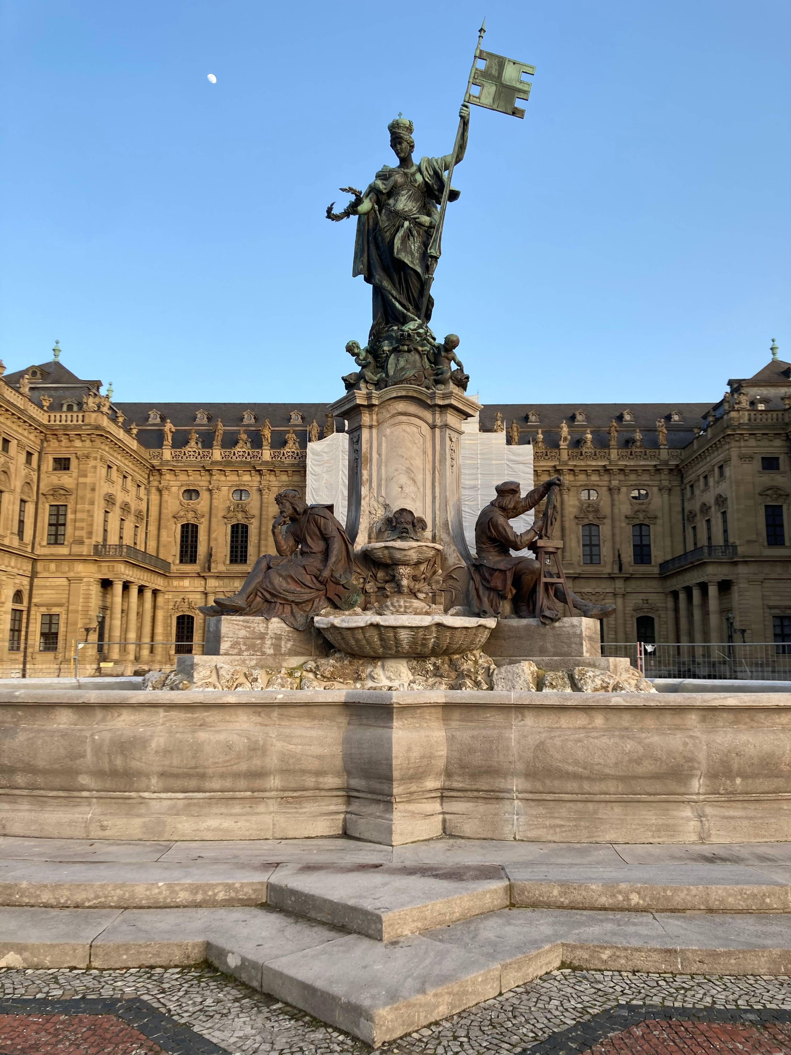 1894 wurde auf dem Residenzplatz der Luitpoldbrunnen, der heutige Frankoniabrunnen, als Geschenk an den Prinzregenten eingeweiht. In der Würzburger Residenz hatte Luitpold 1821 das Licht der Welt erblickt.