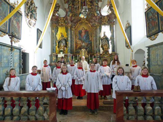 """""""Ich wollte dem Pfarrer bei seiner Arbeit helfen"""": In der Pfarrei Sankt Martin in Merkershausen wurden alle zwölf Kommunionkinder als Ministrantinnen und Ministranten aufgenommen."""