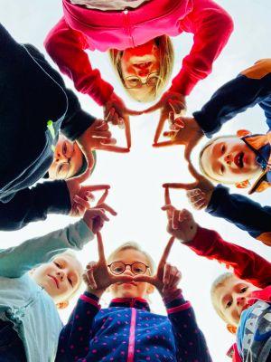 Die fünf Kommunionkinder aus Mühlhausen haben gemeinsam beschlossen, Ministrantin oder Ministrant zu werden. Ein Kind auf dem Bild stammt aus einer anderen Gemeinde.