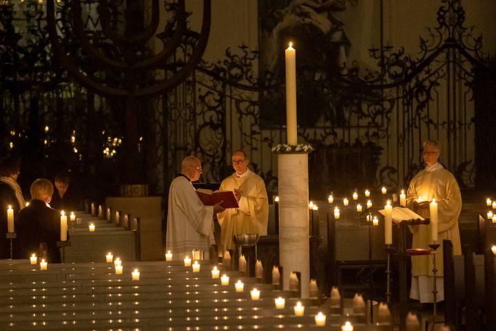 Im vergangenen Jahr feierte Bischof Dr. Franz Jung die Osternacht aufgrund des Corona-Lockdowns nichtöffentlich im Kiliansdom.