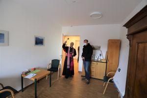 Bischof Dr. Franz Jung ging nach dem Gottesdienst durch das Matthias-Ehrenfried-Hauses und segnete die Räume. Rechts Stefan Weber, Geschäftsführer des Caritasverbands für Stadt und Landkreis Würzburg.