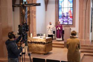Bischof Dr. Franz Jung feierte am 17. März 2020 in der Sepultur des Würzburger Kiliansdoms erstmals einen nichtöffentlichen Gottesdienst, der live ins Internet übertragen wurde.