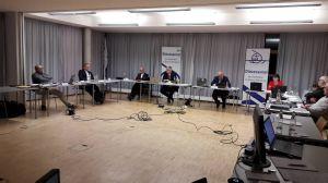 Der Vorstand des Diözesanrats und BIschof Dr. Franz Jung (dritter von links) sowie Generalvikar Dr. Jürgen Vorndran (zweiter von links) waren in der Jugendbildungsstätte Unterfranken versammelt, die übrigen Delegierten virtuell zugeschaltet.