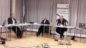 Diözesanratsvorsitzender Dr. Michael Wolf (rechts), Bischof Dr. Franz Jung (Mitte) und Generalvikar Dr. Jürgen Vorndran bei der Frühjahrsvollversammlung des Diözesanrats der Katholiken.