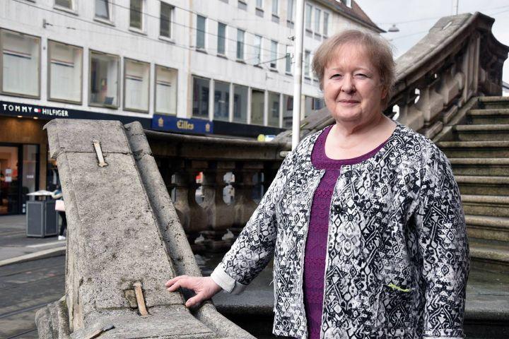 Claudia Zinggl, hier auf der Treppe zum Neumünster in Würzburg, leitet als Diözesanreferentin für Seniorenpastoral das Katholische Senioren-Forum.