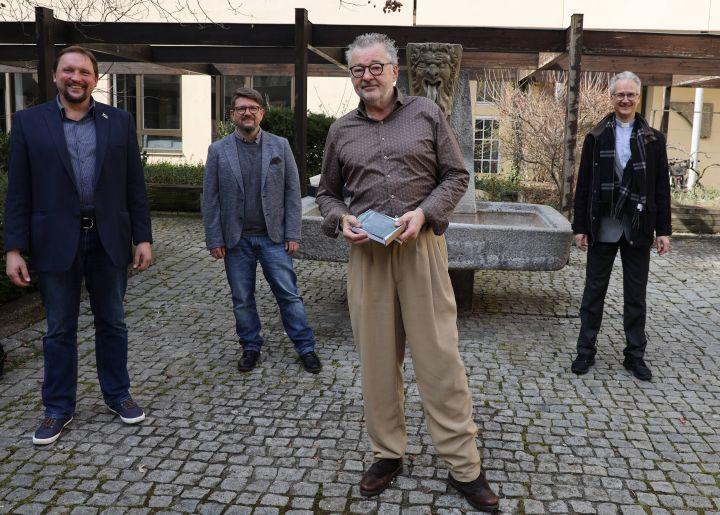 Mathias Forstner (2. von rechts) ist in den Ruhestand verabschiedet worden. Seine Verdienste würdigten (von links) Bukrhard Pechtl von der Mitarbeitervertretung (MAV), Dieter Engelhardt, Leiter der Abteilung Zentrale Dienste, und Diakon Dr. Martin Faatz, Leiter der Hauptabteilung Zentrale Aufgaben.