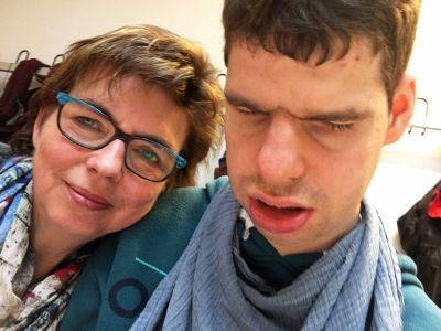 """""""Aus Inklusion ist vielfach Isolation geworden"""", beschreibt Kirsten Simon die Auswirkungen der Coronakrise auf Familien mit Kindern mit Behinderung. Ihr Sohn Stefan kam mit einer schweren Mehrfachbehinderung auf die Welt."""