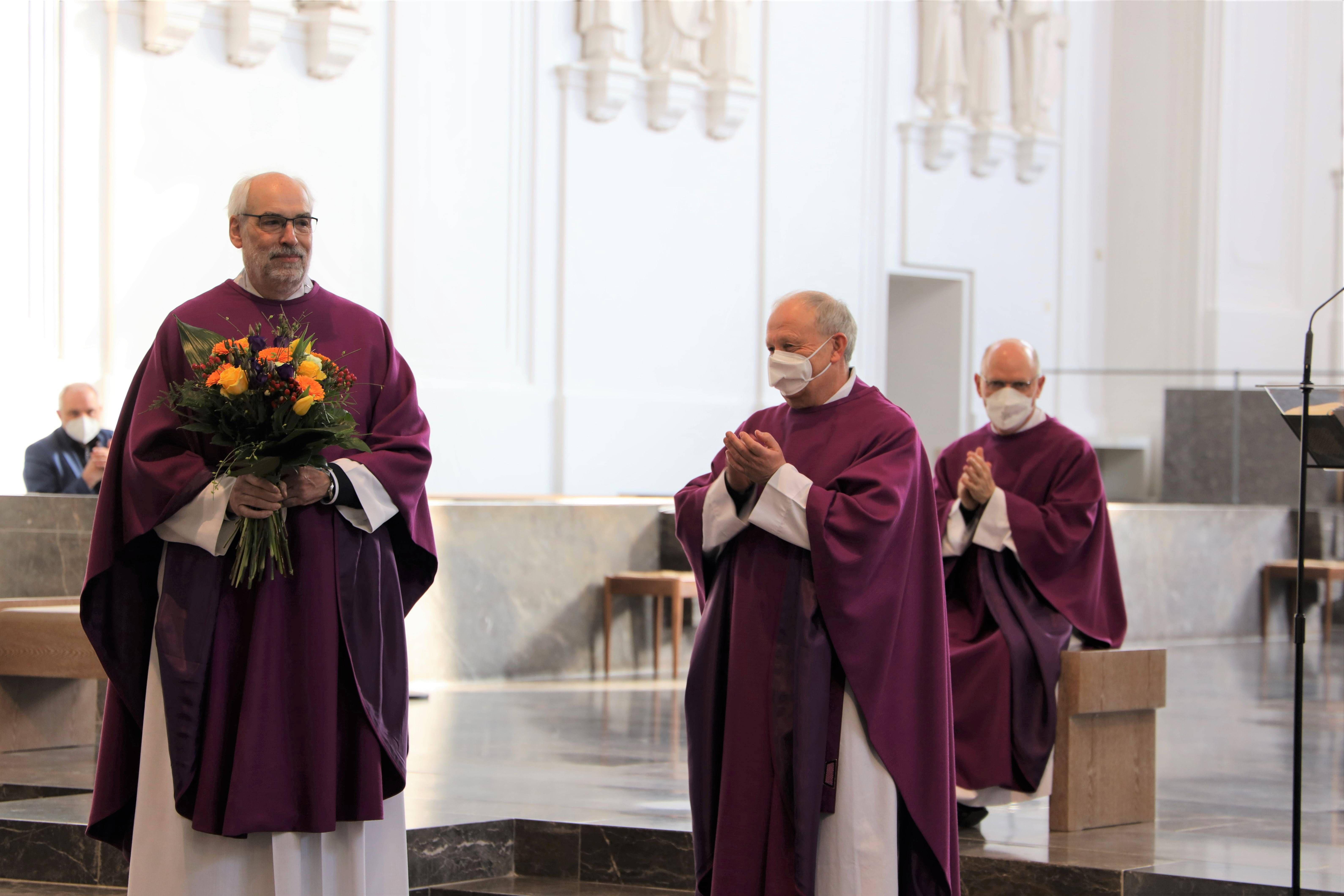 Bei einem Gottesdienst im Würzburger Kiliansdom ist Domkapitular Christoph Warmuth (links) am Freitag, 26. März, als stellvertretender Leiter der Hauptabteilung Seelsorge verabschiedet worden.  Domkapitular Albin Krämer (2. von links) würdigte Warmuths vielfältige Verdienste.