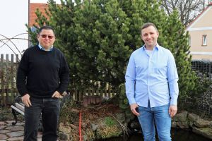 Michael Wegel (rechts) will sich in der Osternacht im Würzburger Kiliansdom taufen lassen. Diakon Kim Jung Nam Sell bereitet ihn auf die Taufe vor und wird auch sein Taufpate sein.
