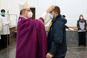 Das Foto zeigt Michael Wegel bei der Feier der Zulassung zu Taufe, Firmung und Eucharistie am 21. Februar 2021 im Kiliansdom. Bischof Dr. Franz Jung wird ihn in der Osternacht im Kiliansdom taufen., sofern es keine weiteren Beschränkungen aufgrund von Corona gibt.